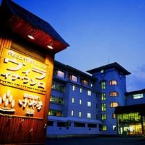 *【外観(夜)】標高800mのリゾート空間!会津磐梯山の中腹に佇む温泉宿です。