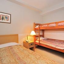 【ファミリールーム】ダブルベッド1台に、お子様2名休める二段ベッドをご用意