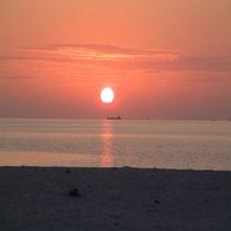 ホテル近くのパイナガマビーチに沈む夕焼け