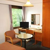 シングルルーム(一例) サイドテーブルもありビジネス観光にも便利です