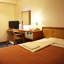 シングルルーム(一例) ベッドはセミダブルを使用しております