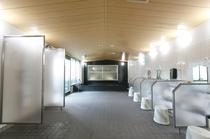 別館大浴場は、右手に洗い場、左手にボディシャワー、奥が内風呂です。奥の扉から露天風呂に繋がります!