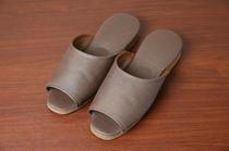大浴場へはスリッパで移動ください。男性必需品の靴べらもお部屋に完備しております◎