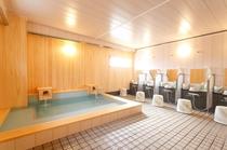 本館3階は、檜風呂!露天風呂とは異なった趣。木目の優しさと香り、音楽に癒されるお風呂です◎