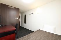 11平米&ベット幅120cmとビジネスホテルでは少し広めです。
