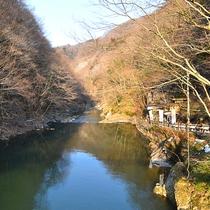 *【周辺】渓流沿いの自然散策をお楽しみください。