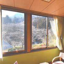*【和室一例】お部屋から渓流沿いの景色を一望できます。