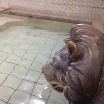ライオンの顔もレトロ感あり。昔の銭湯のようです。