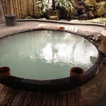 ゆったり、のどかなときを… 世界一大木のアラスカ産檜で造った本物のお風呂です。