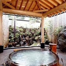 立ち上る湯煙、人の心まで和らげる湯情。樹齢二千年 巨大檜の露天風呂。