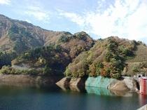 大石ダム湖の紅葉は10月末から ダム湖に映る紅葉も見事!