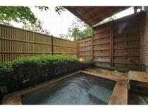 23. 別館メゾネット客室露天風呂一例。