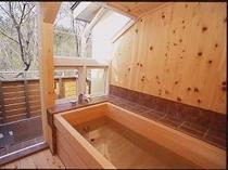 11. 【本館】『テラス露天風呂付客室』一例。檜のいい香りで森林浴。