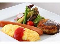 15. 朝食一例。自家製ミニハンバーグ、ホテルメイドパンとボリューム多め◎