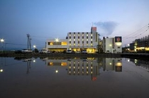 水田に映るホテル外観