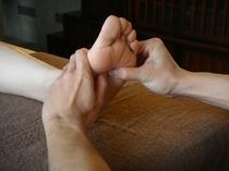 足裏のツボを刺激し、体内にある各器官の活性化や血行の促進を目的とします