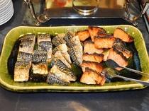 焼き魚も充実しています(一例)この日は鯖と鮭。