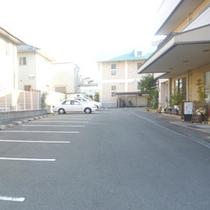 無料駐車場15台分を完備。マイクロバスもOK