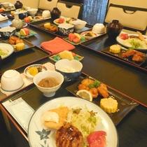 【団体・合宿時の夕食一例】広間でワイワイ、楽しい夕食のひと時を