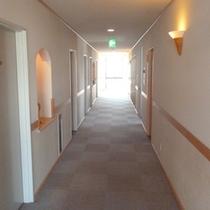 【廊下】こじんまりとした造りの旅館です