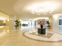 【ロビー1F】 広々と開放的な空間がお客様をお迎えいたします。