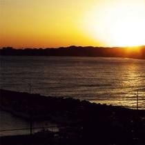 浜辺から眺める夕日