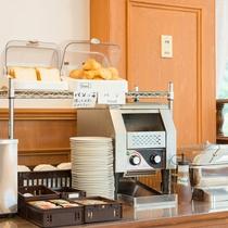 *【朝食会場】明るく開放的なレストラン「アゼリア」時間/7:30~9:00