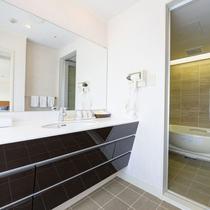 *【スイートルーム】洗面台はモダンなデザインで広々お使いいただけます