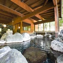 *【男性露天風呂】ゆったり広々の開放感!100%源泉掛け流しで、加温加水循環もない源泉たっぷり!