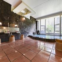 *【男性大浴場】源泉かけ流しで湯量たっぷり!どうぞごゆったりお寛ぎください。