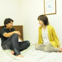 ベッドの上で寛ぐカップル