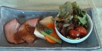 夕食の一例(ローストビーフと夏野菜)