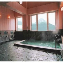 目の前に富士が広がる4階展望風呂