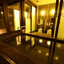 【内湯】大小二つのお風呂はご利用人数に合わせて男女入替制となっております。