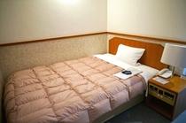 セミダブルサイズのベッド(シングルルーム・セミダブルルーム共通)