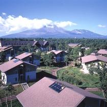 *列車村コテージから本館と浅間山を望む