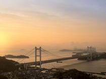 ★1階ロビーテラスから見た朝日を浴びる瀬戸大橋。