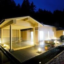 ≪大浴場露天風呂≫夜間のライトアップが人気です。幻想的な光とお湯の揺らぎに、ホット心が休まります。