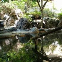 【露天温泉岩風呂】朝の時間朝の日差しが辺りを照らします。