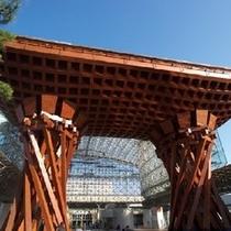 【鼓門】 金沢駅の正面に伝統芸能に使われる鼓をイメージした「鼓門」で、金沢の新しいシンボルです。 ※