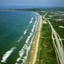 【千里浜なぎさドライブウェイ】 波打ち際を自動車で走れる、国内唯一の海岸です。※お車で約25分