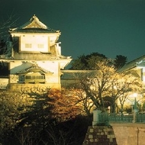 【石川門】 金沢城跡の東に位置する重要文化財です。豊かな緑の中、百万石の風格を漂わせます。※お車で約