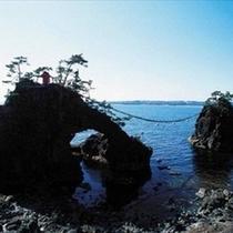 【機具(はたご)岩】海に投げた織り機が岩に変化したという伝説 ※ホテルよりお車で約15分
