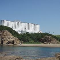 ホテルすぐ近くには、遊泳可能な小目津ケ浜が広がります。