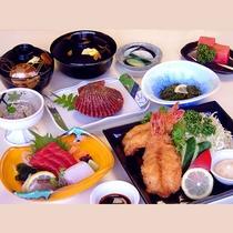 長門館御膳:海老フライ、お刺身、焼き貝、酢の物、小鉢、ご飯、味噌汁、漬物