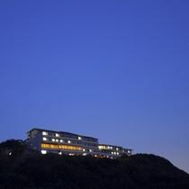 瀬戸内海国立公園内の紀淡海峡を見下ろす高台に立つ