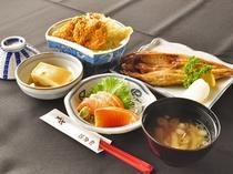 【日替わり定食の一例】ボリュームたっぷりの夕定食です。