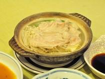 【日替わり定食の一例】寒い時期には鍋料理も~写真は豚しゃぶ。