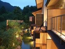 客室夕景と池
