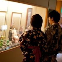 【館内】まるで美術館のように竹久夢二の絵やお人形など飾っており、どこか懐かしさの残る松や。